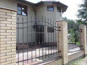 Кованный забор с кирпичными столбами