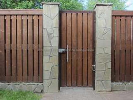 Деревянный забор с монолитными столбами